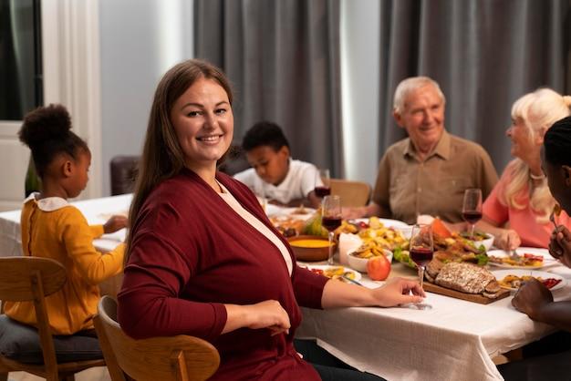 Portrait de femme à côté de sa famille le jour de thanksgiving