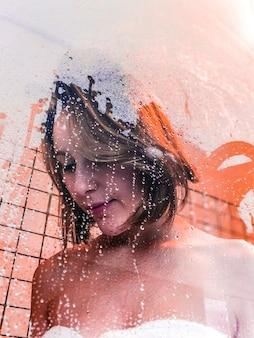 Portrait de femme dans la cabine de douche