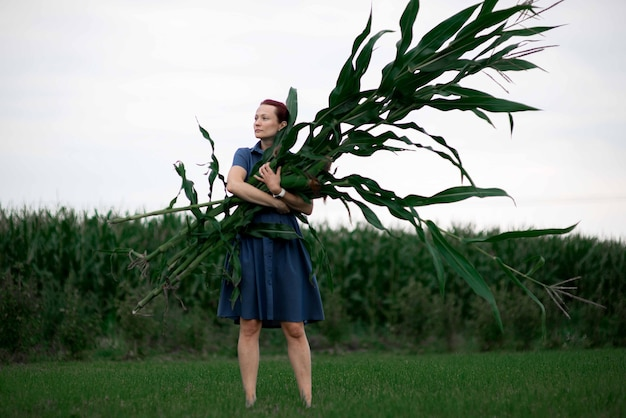 Portrait d'une femme dans un champ de maïs