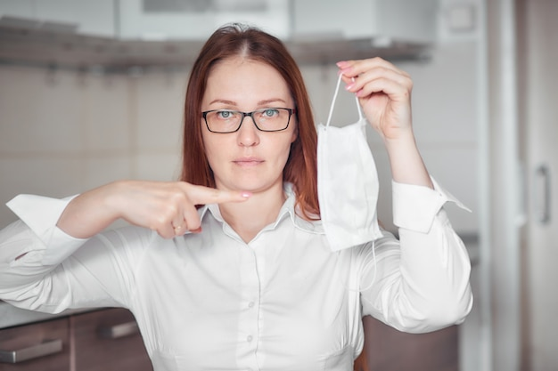 Portrait d'une femme dans un masque médical, équipement de protection individuelle contre les virus et les maladies