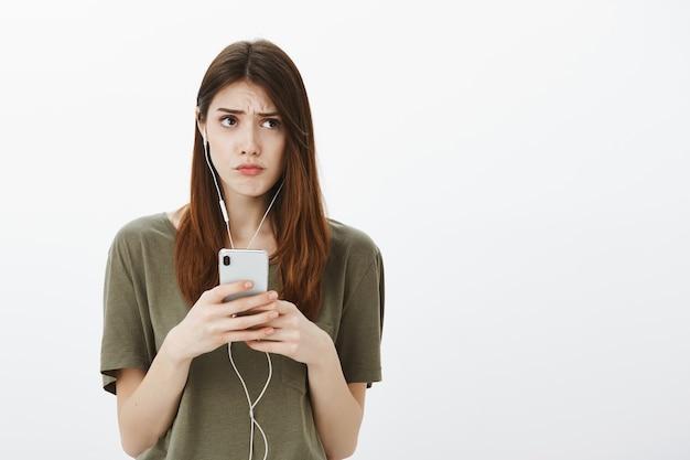 Portrait d'une femme dans un tshirt vert foncé