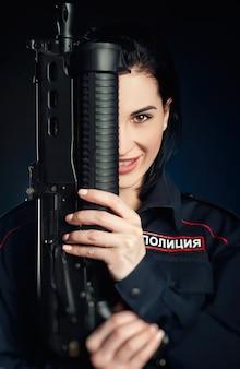 Le portrait d'une femme dans un uniforme de police russe avec un fusil traduction anglaise police