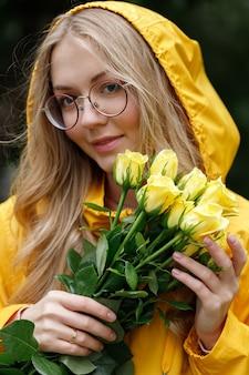 Portrait d'une femme dans des verres avec des fleurs jaunes en gros plan d'automne