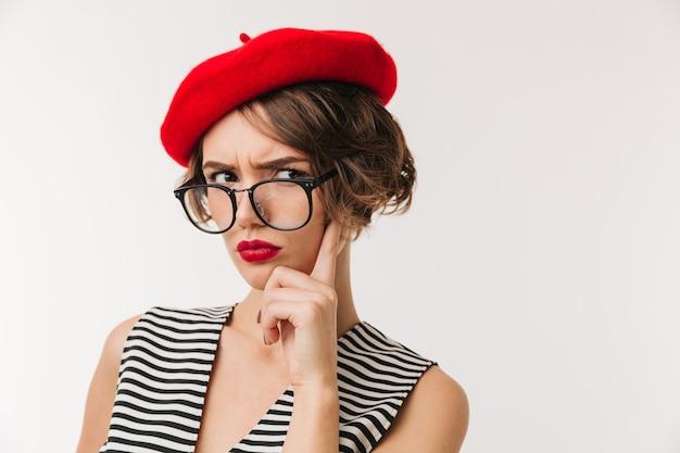 Portrait d'une femme déçue portant un béret rouge