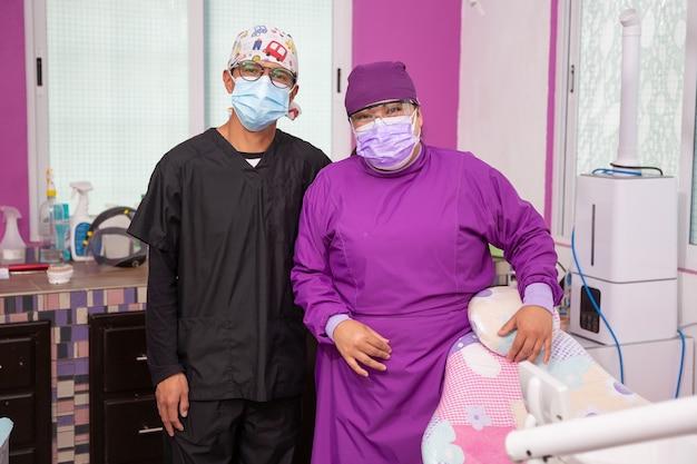 Portrait d'une femme dentiste mexicaine et son assistant souriant