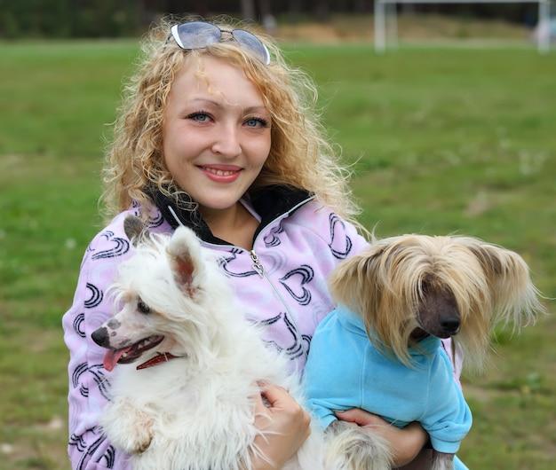 Portrait d'une femme avec deux chiens sur les mains