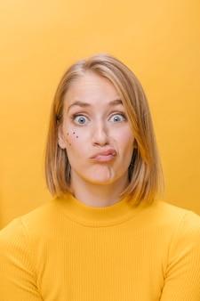 Portrait de femme avec différentes expressions faciales dans une scène jaune
