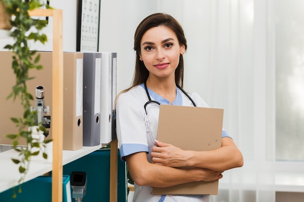 Portrait, femme, docteur, tenue, dossier
