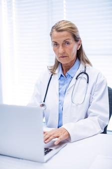 Portrait, femme, docteur, utilisation, ordinateur portable