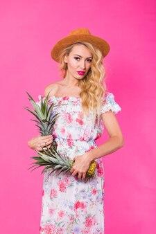 Portrait de femme drôle et ananas sur rose