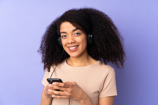 Portrait d'une femme écoutant de la musique