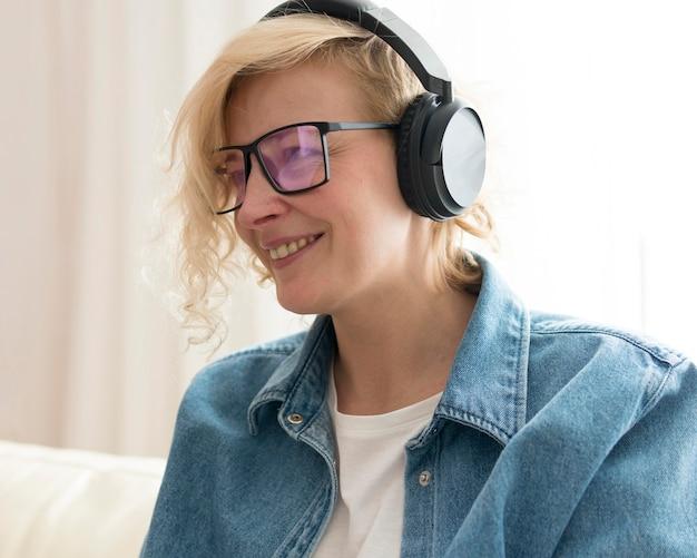 Portrait de femme écoutant de la musique