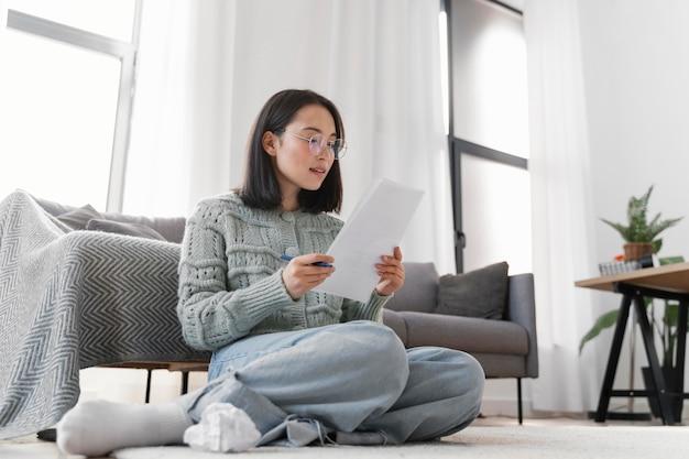Portrait femme écrit lettre