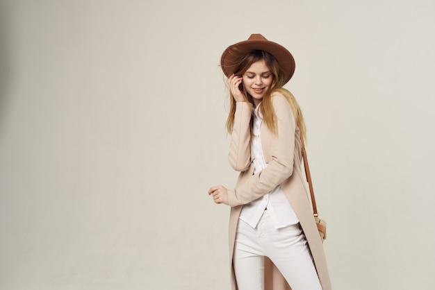 Portrait de femme élégante au chapeau mode décoration street style fond clair. photo de haute qualité