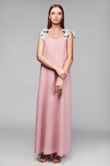 Portrait de femme élégante fashion glamour en jupe colorée