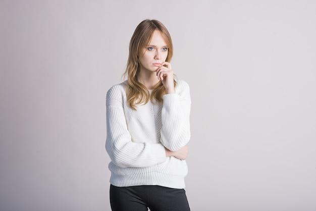 Portrait d'une femme élégante sur fond blanc