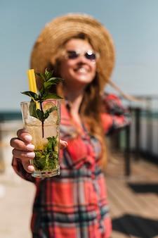 Portrait de femme élégante tenant un cocktail