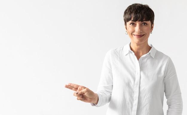 Portrait de femme enseignant la langue des signes