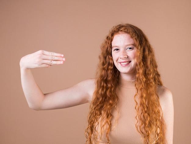 Portrait d'une femme enseignant la langue des signes
