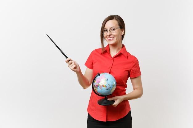Portrait d'une femme enseignante d'affaires dans des lunettes jupe chemise rouge tenant un globe et un pointeur de classe en bois isolé sur fond blanc. enseignement de l'éducation dans le concept d'université de lycée. espace de copie.