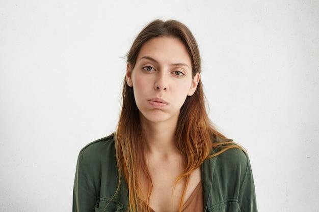 Portrait de femme épuisée s'ennuie à la somnolence