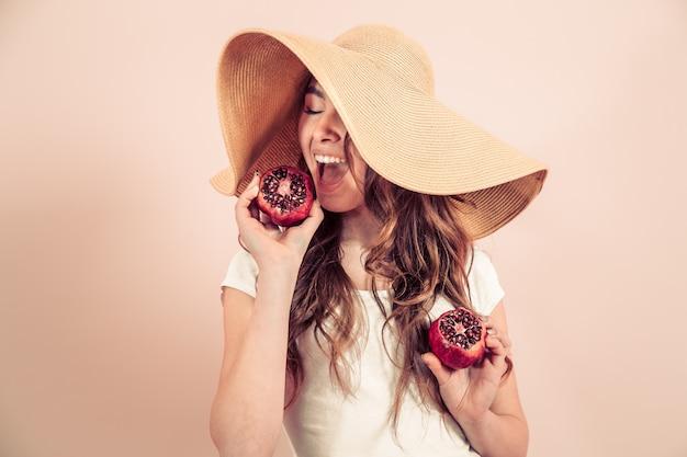 Portrait, femme, été, chapeau, fruit
