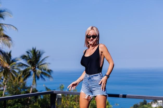 Portrait de femme européenne fit en maillot de bain et short en jean en vacances