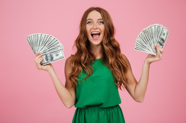 Portrait d'une femme excitée heureuse aux cheveux longs