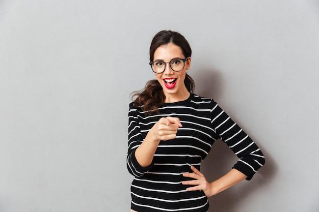 Portrait d'une femme excitée à lunettes