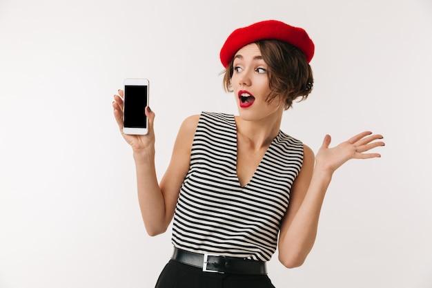 Portrait d'une femme excitée portant un béret rouge