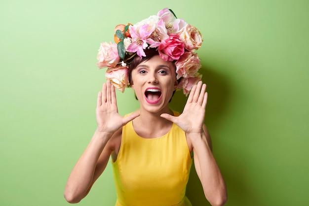 Portrait d'une femme excitée qui crie