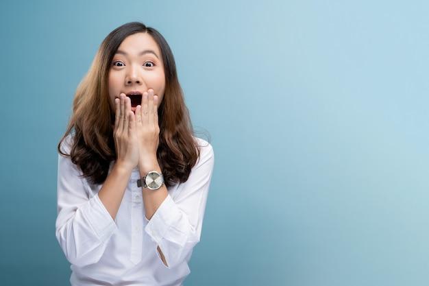 Portrait de femme excitée