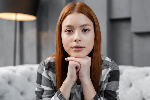 Portrait de femme avec une expression sérieuse