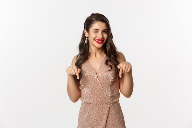 Portrait femme expressive vêtue d'une robe élégante pour la fête