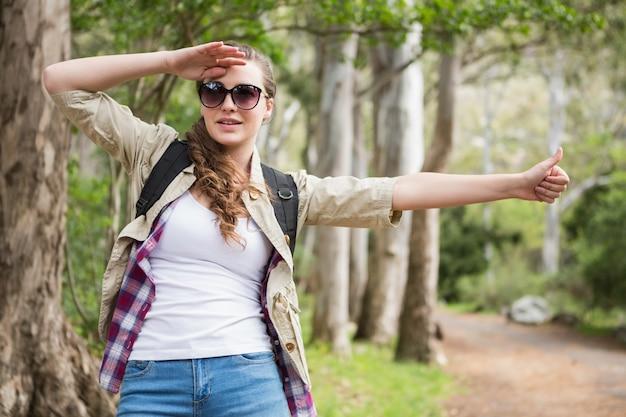 Portrait de femme faisant de l'auto-stop
