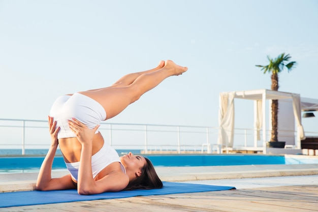 Portrait d'une femme faisant des exercices de yoga à l'extérieur