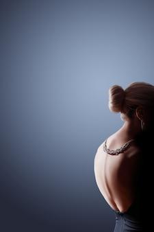Portrait de femme fashion contraste sur noir