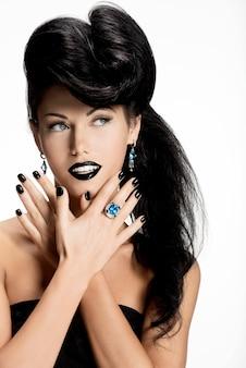 Portrait de femme fashion avec des ongles noirs et des lèvres de couleur noire