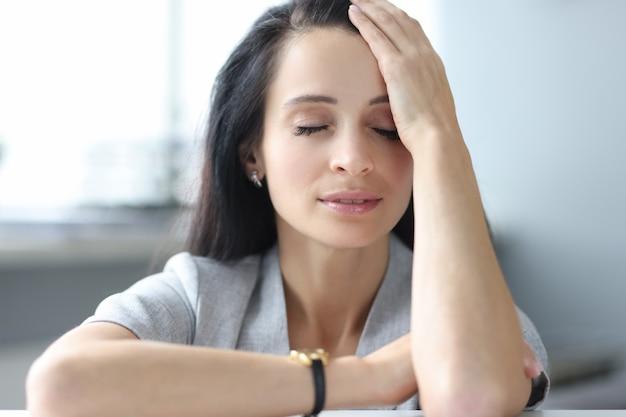 Portrait de femme fatiguée aux yeux fermés concept de surmenage féminin