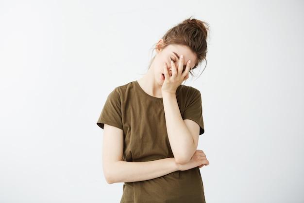 Portrait de femme fatiguée ennuyée mécontent avec chignon.