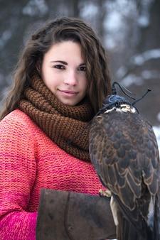Portrait d'une femme avec un faucon