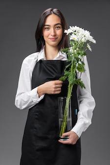 Portrait femme fleuriste avec des fleurs