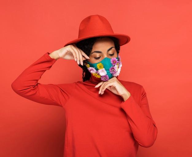 Portrait de femme avec des fleurs sur son masque
