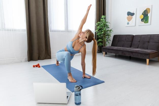 Portrait femme formation à la maison sur tapis
