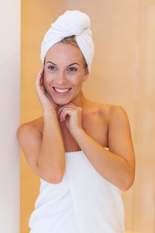 Portrait de femme fraîche après la douche