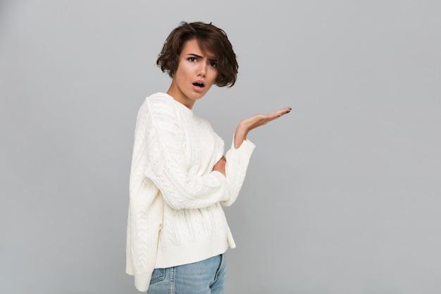 Portrait d'une femme frustrée confuse en pull