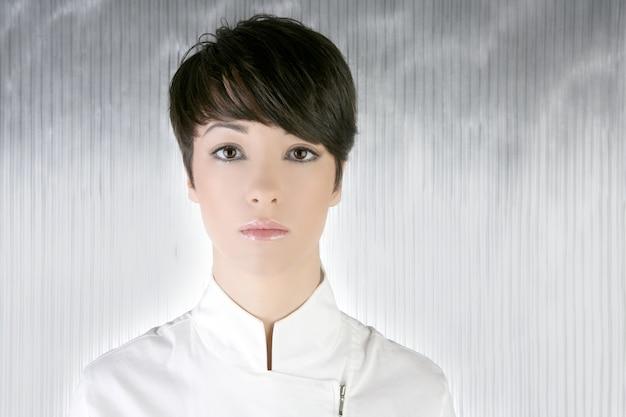 Portrait de femme futuriste en argent blanc