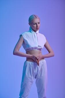 Portrait de femme futuriste, concept de futurisme