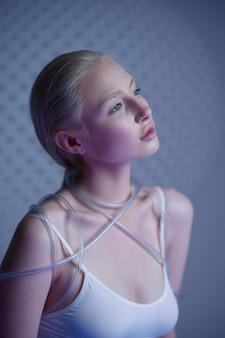 Portrait de femme futuriste en vêtements blancs