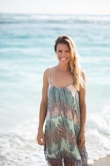 Portrait d'une femme gaie en mer
